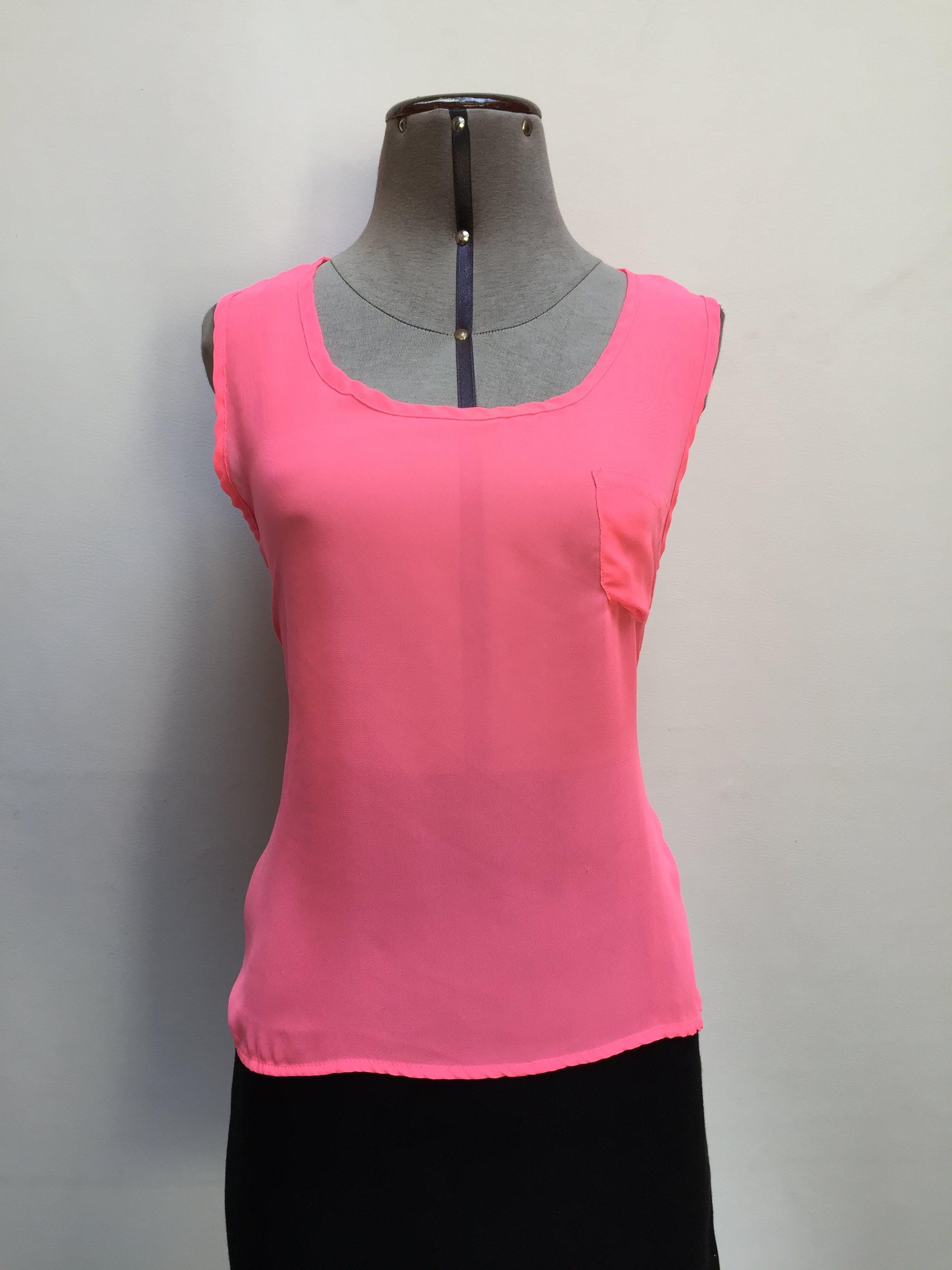 Blusa Rock Papaya de gasa rosado neón, bolsillo en el pecho y basta asimétrica Talla M